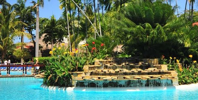 Be Live resort - pool and garden