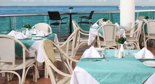 Restaurant at El Cid La Ceiba Beach Hotel