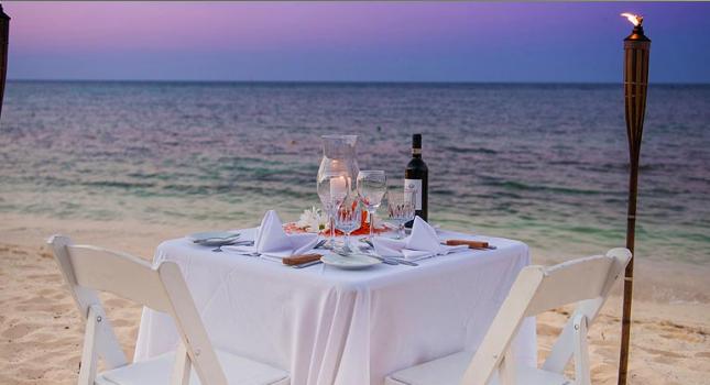 Beach dining at Wyndham Reef Resort